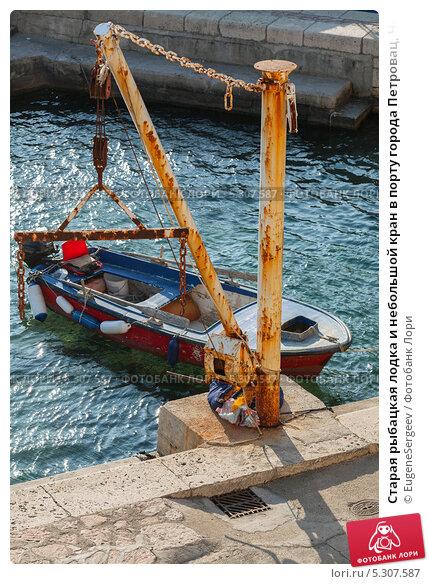 рыбачьи лодки вытащенные на берег образовали