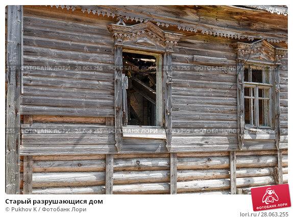 Купить «Старый разрушающися дом», фото № 28063255, снято 10 августа 2017 г. (c) Pukhov K / Фотобанк Лори