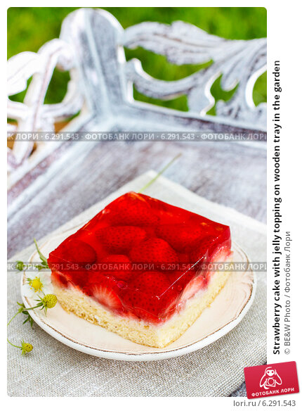 Купить «Strawberry cake with jelly topping on wooden tray in the garden», фото № 6291543, снято 6 августа 2018 г. (c) BE&W Photo / Фотобанк Лори