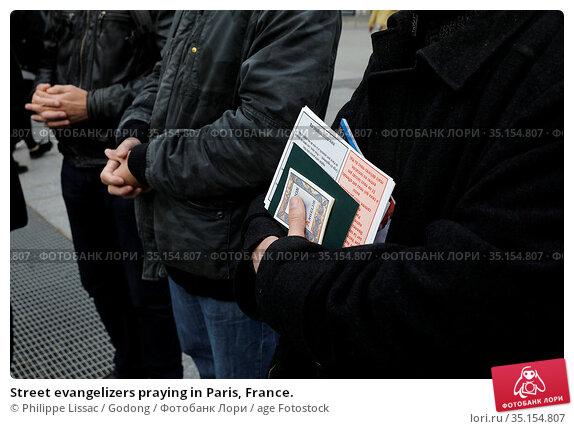 Street evangelizers praying in Paris, France. Стоковое фото, фотограф Philippe Lissac / Godong / age Fotostock / Фотобанк Лори