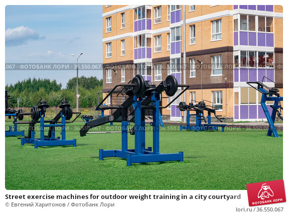 Street exercise machines for outdoor weight training in a city courtyard. Стоковое фото, фотограф Евгений Харитонов / Фотобанк Лори