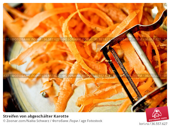 Streifen von abgeschälter Karotte. Стоковое фото, фотограф Zoonar.com/Nailia Schwarz / age Fotostock / Фотобанк Лори