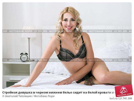 Блондинка в красивом черном нижнем белье на кроватке фото 587-947