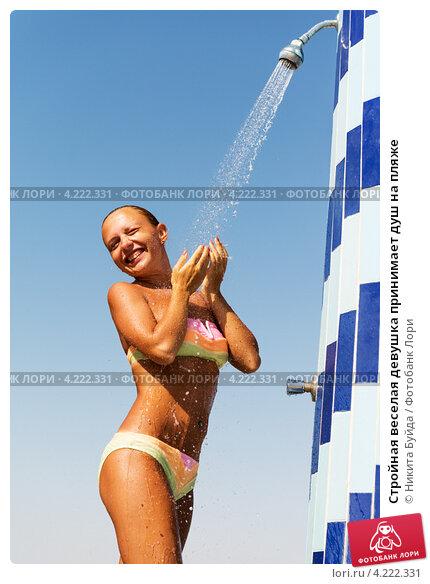 Девушка в купальнике принимает душ