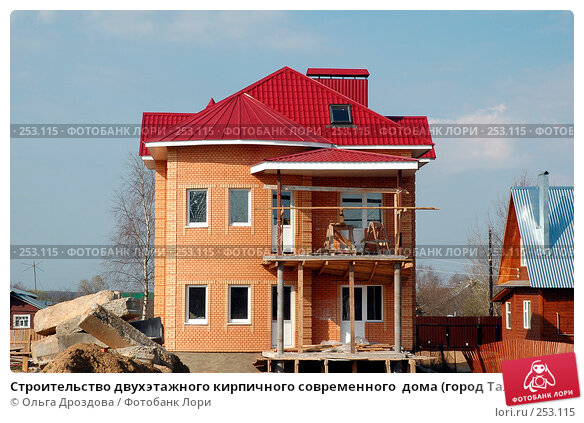 Строительство двухэтажного кирпичного современного  дома (город Талдом Московской областпи), фото № 253115, снято 4 мая 2005 г. (c) Ольга Дроздова / Фотобанк Лори