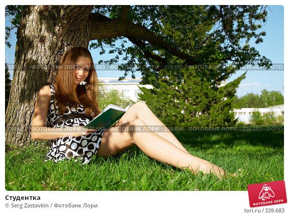 Студентка на траве 3 фотография