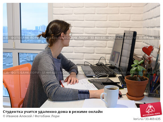 Студентка учится удаленно дома в режиме онлайн. Стоковое фото, фотограф Иванов Алексей / Фотобанк Лори