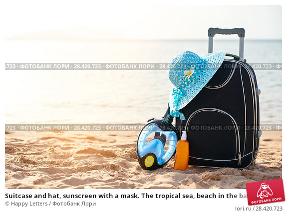 Купить «Suitcase and hat, sunscreen with a mask. The tropical sea, beach in the background. The concept of summer recreation travel and cruise traffic», фото № 28420723, снято 19 апреля 2018 г. (c) Happy Letters / Фотобанк Лори