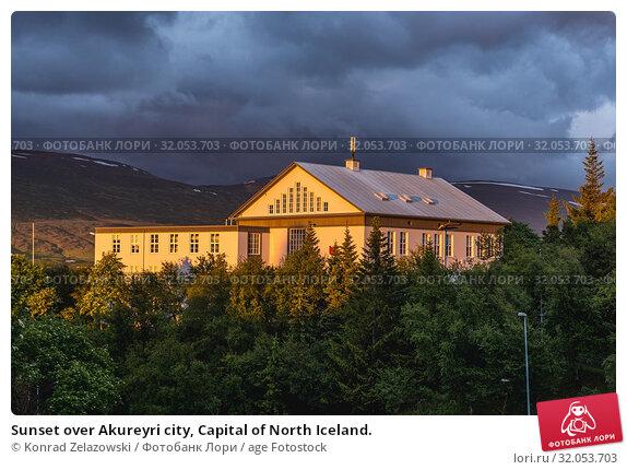 Sunset over Akureyri city, Capital of North Iceland. Стоковое фото, фотограф Konrad Zelazowski / age Fotostock / Фотобанк Лори