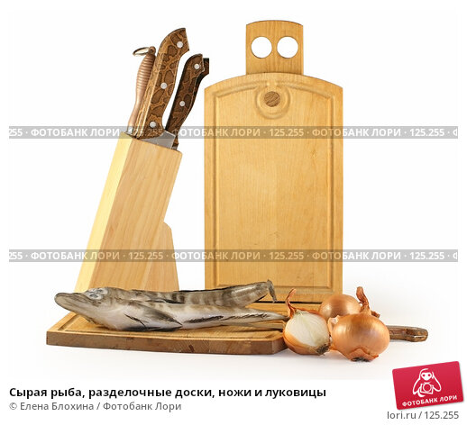 Сырая рыба, разделочные доски, ножи и луковицы, фото № 125255, снято 4 июля 2007 г. (c) Елена Блохина / Фотобанк Лори