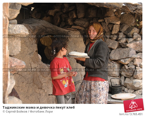 Таджикские мама и девочка пекут хлеб, фото № 3765451, снято 4 августа 2012 г. (c) Сергей Бойков / Фотобанк Лори