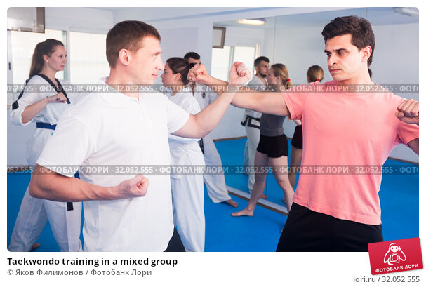 Taekwondo training in a mixed group. Стоковое фото, фотограф Яков Филимонов / Фотобанк Лори