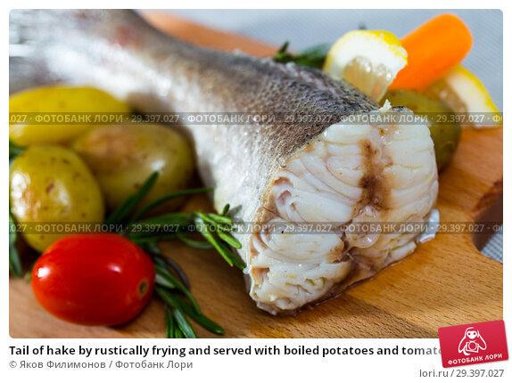 Купить «Tail of hake by rustically frying and served with boiled potatoes and tomatoes», фото № 29397027, снято 18 июля 2019 г. (c) Яков Филимонов / Фотобанк Лори