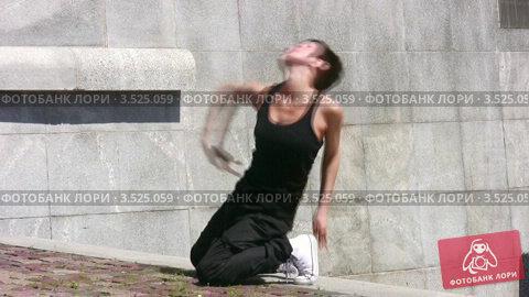 Купить «Танцовщица на фоне каменной стены», видеоролик № 3525059, снято 24 июля 2008 г. (c) Losevsky Pavel / Фотобанк Лори