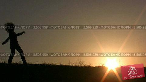 Купить «Танцующая девушка на закате», видеоролик № 3505959, снято 3 апреля 2008 г. (c) Losevsky Pavel / Фотобанк Лори