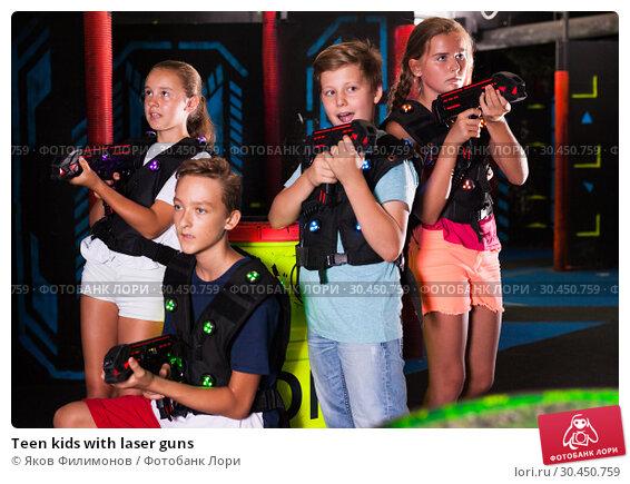 Teen kids with laser guns. Стоковое фото, фотограф Яков Филимонов / Фотобанк Лори