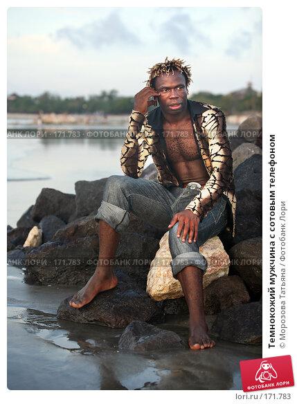 Темнокожий мужчина с сотовым телефоном, фото № 171783, снято 29 октября 2007 г. (c) Морозова Татьяна / Фотобанк Лори