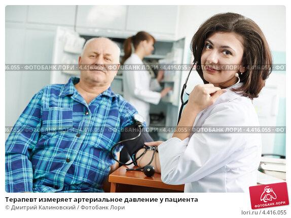 Купить «Терапевт измеряет артериальное давление у пациента», фото № 4416055, снято 12 марта 2013 г. (c) Дмитрий Калиновский / Фотобанк Лори