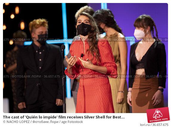 The cast of 'Quién lo impide' film receives Silver Shell for Best... Редакционное фото, фотограф NACHO LOPEZ / age Fotostock / Фотобанк Лори