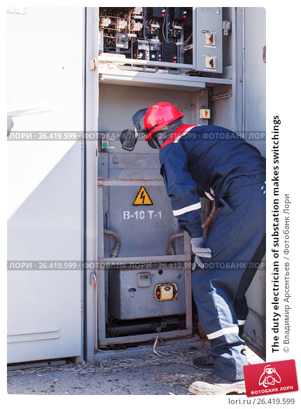 The duty electrician of substation makes switchings, фото № 26419599, снято 27 апреля 2017 г. (c) Владимир Арсентьев / Фотобанк Лори