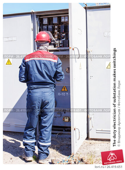 The duty electrician of substation makes switchings, фото № 26419651, снято 27 апреля 2017 г. (c) Владимир Арсентьев / Фотобанк Лори