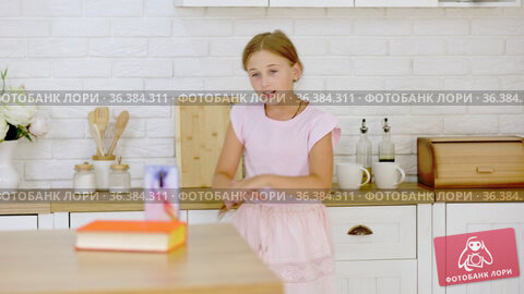 The girl is filming her dance on the phone. Стоковое видео, видеограф Kozub Vasyl / Фотобанк Лори