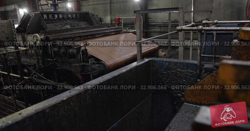 The work of the coal factory. Enrichment at the manufacture. Movement of ore Mechanical screening. Washing Plant. Wet coal goes down conveyor at factory. Work of mechanisms. Стоковое видео, видеограф Сергей Тимофеев / Фотобанк Лори