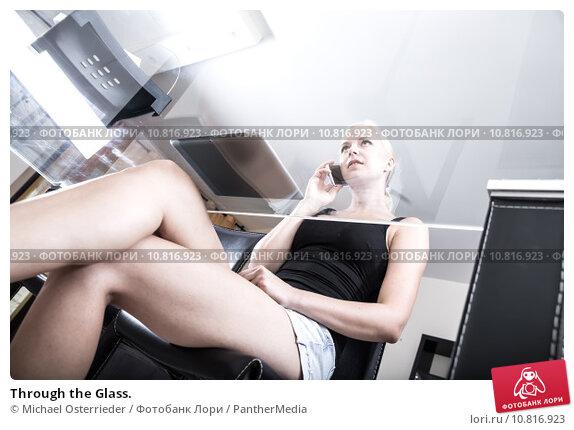 девушки сидя на стекле фото