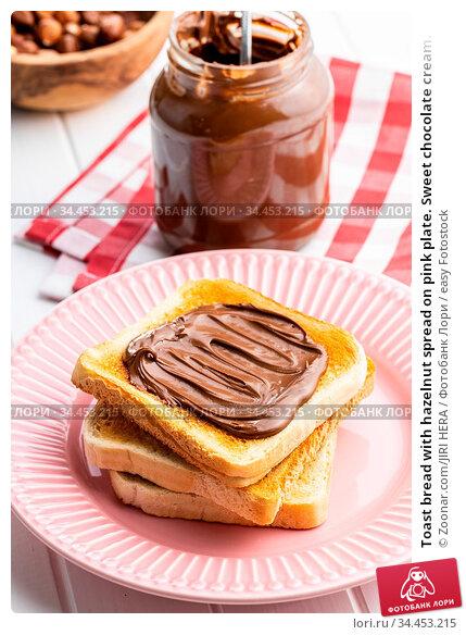 Toast bread with hazelnut spread on pink plate. Sweet chocolate cream. Стоковое фото, фотограф Zoonar.com/JIRI HERA / easy Fotostock / Фотобанк Лори