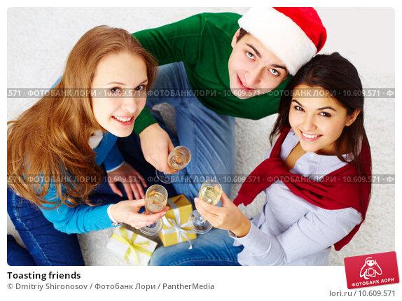 Toasting friends. Стоковое фото, фотограф Dmitriy Shironosov / PantherMedia / Фотобанк Лори