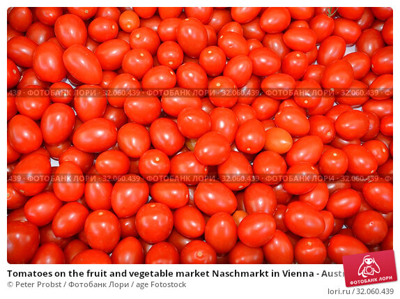 Tomatoes on the fruit and vegetable market Naschmarkt in Vienna - Austria. Стоковое фото, фотограф Peter Probst / age Fotostock / Фотобанк Лори