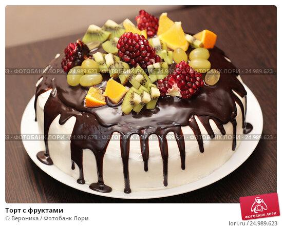 Торт залитый шоколадом с фруктами