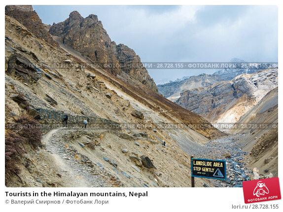 Купить «Tourists in the Himalayan mountains, Nepal», фото № 28728155, снято 6 апреля 2018 г. (c) Валерий Смирнов / Фотобанк Лори