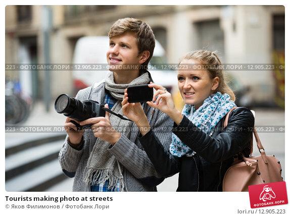 Купить «Tourists making photo at streets», фото № 12905223, снято 19 августа 2018 г. (c) Яков Филимонов / Фотобанк Лори