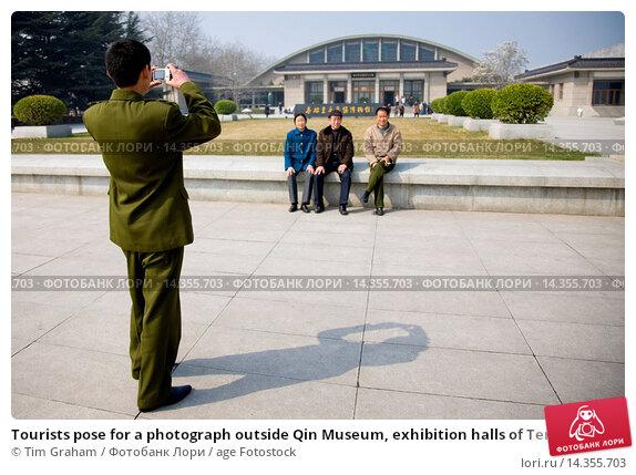Купить «Tourists pose for a photograph outside Qin Museum, exhibition halls of Terracotta Warriors, Xian, China», фото № 14355703, снято 16 июля 2020 г. (c) age Fotostock / Фотобанк Лори