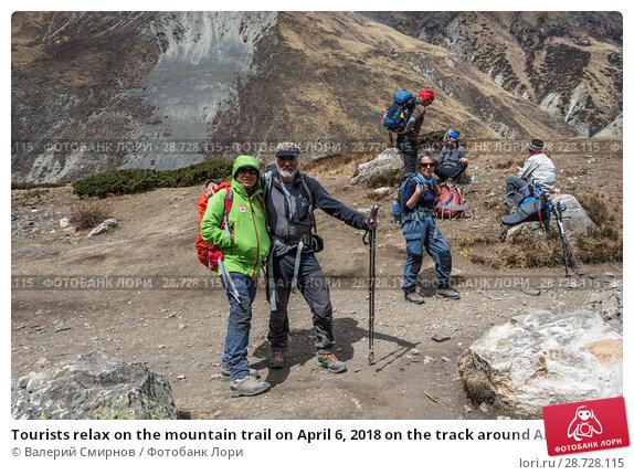 Купить «Tourists relax on the mountain trail on April 6, 2018 on the track around Annapurna, Nepal», фото № 28728115, снято 6 апреля 2018 г. (c) Валерий Смирнов / Фотобанк Лори