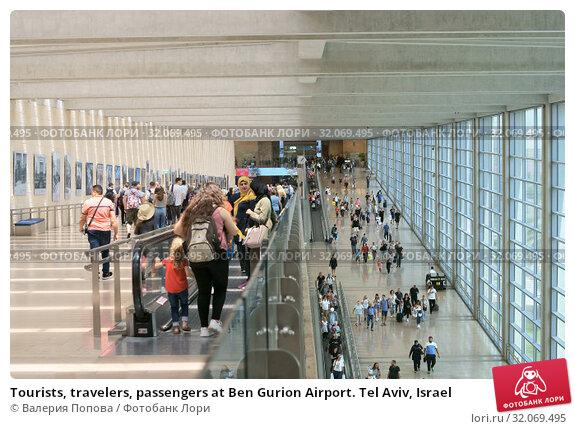 Tourists, travelers, passengers at Ben Gurion Airport. Tel Aviv, Israel (2019 год). Редакционное фото, фотограф Валерия Попова / Фотобанк Лори