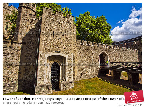 Купить «Tower of London, Her Majesty's Royal Palace and Fortress of the Tower of London, castle located on the north bank of the River Thames, London, England, UK, United Kingdom, Europe.», фото № 28250111, снято 9 мая 2011 г. (c) age Fotostock / Фотобанк Лори