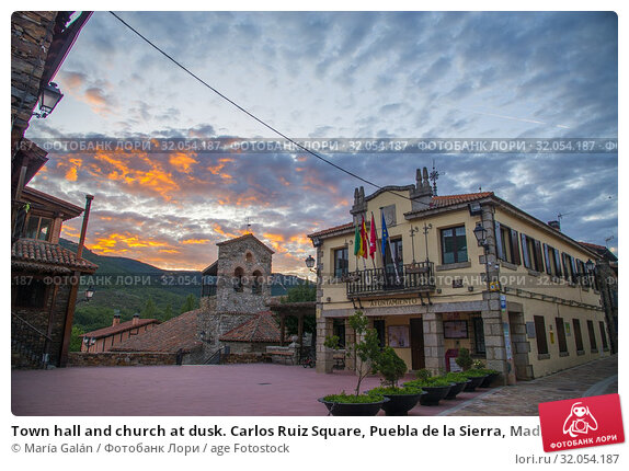 Town hall and church at dusk. Carlos Ruiz Square, Puebla de la Sierra, Madrid province, Spain. Стоковое фото, фотограф María Galán / age Fotostock / Фотобанк Лори