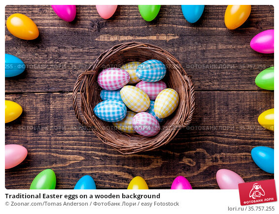 Traditional Easter eggs on a wooden background. Стоковое фото, фотограф Zoonar.com/Tomas Anderson / easy Fotostock / Фотобанк Лори