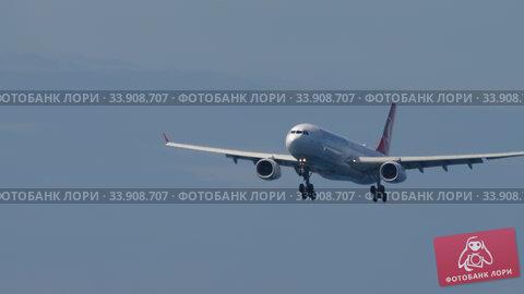 Купить «Turkish Airlines Airbus A330 approaching before landing», видеоролик № 33908707, снято 27 ноября 2019 г. (c) Игорь Жоров / Фотобанк Лори