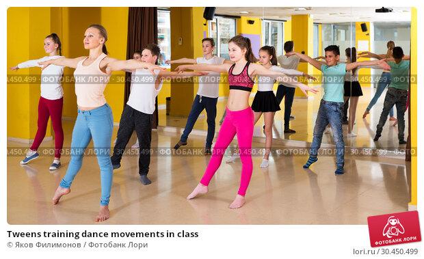 Tweens training dance movements in class. Стоковое фото, фотограф Яков Филимонов / Фотобанк Лори