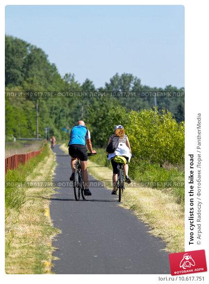 Two cyclists on the bike road. Стоковое фото, фотограф Arpad Radoczy / PantherMedia / Фотобанк Лори