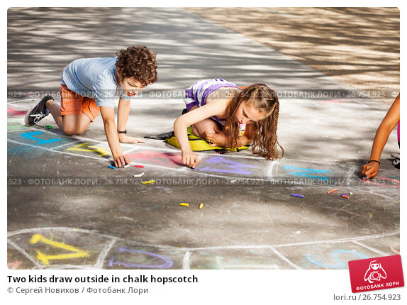 Купить «Two kids draw outside in chalk hopscotch», фото № 26754923, снято 17 июня 2017 г. (c) Сергей Новиков / Фотобанк Лори
