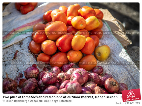 Two piles of tomatoes and red onions at outdoor market, Deber Berhan, Ethiopia. Стоковое фото, фотограф Edwin Remsberg / age Fotostock / Фотобанк Лори