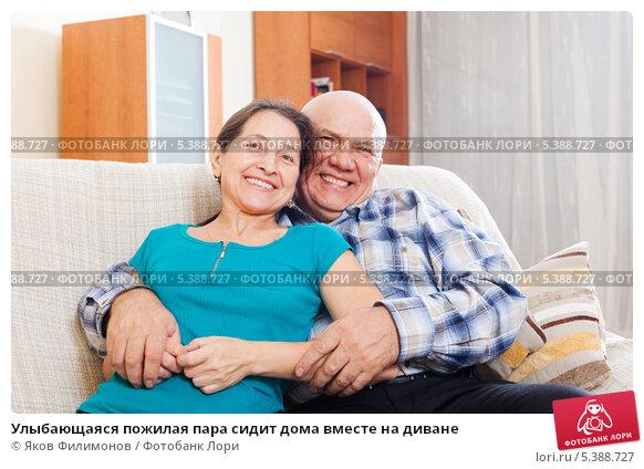devki-s-pozhiloy-na-divane-bazuki-smotret-podpoil