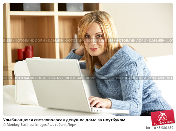 Улыбающаяся светловолосая девушка дома за ноутбуком, фото № 3086659, снято 14 ноября 2008 г. (c) Monkey Business Images / Фотобанк Лори