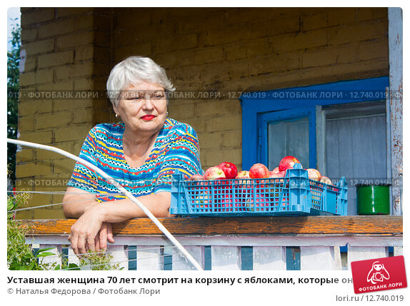 Купить «Уставшая женщина 70 лет смотрит на корзину с яблоками, которые она вырастила и собрала», эксклюзивное фото № 12740019, снято 16 августа 2015 г. (c) Наталья Федорова / Фотобанк Лори