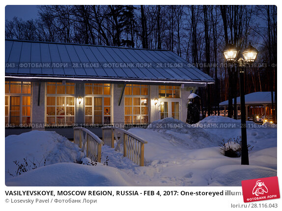 Купить «VASILYEVSKOYE, MOSCOW REGION, RUSSIA - FEB 4, 2017: One-storeyed illuminated houses and lantern on winter evening at Provence-Hotel Four Seasons», фото № 28116043, снято 4 февраля 2017 г. (c) Losevsky Pavel / Фотобанк Лори