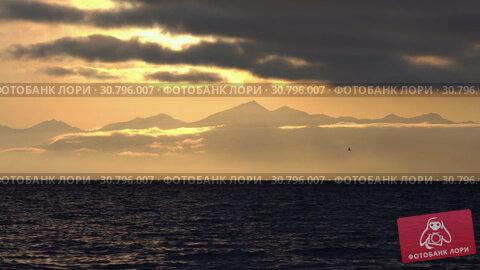 Купить «Вечерний морской пейзаж, облака, подсвеченные солнцем на закате, с видом на горы на горизонте. Time lapse», видеоролик № 30796007, снято 20 мая 2019 г. (c) А. А. Пирагис / Фотобанк Лори